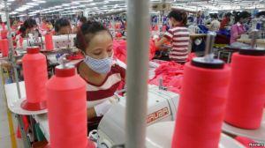 Công nhân làm việc tại một nhà máy may mặc ở ngoại ô Hà Nội. Ảnh: Reuters.