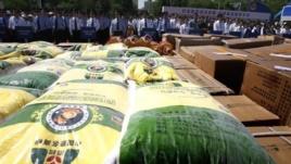 Thực phẩm giả bị nhà chức trách Trung Quốc phát hiện. Tất cả đều là thực phẩm độc hại: giá đỗ độc, dầu bẩn, thịt lợn nhiễm thuốc. (ảnh tư liệu ngày 24 tháng 5, 2011). Photo: AFP