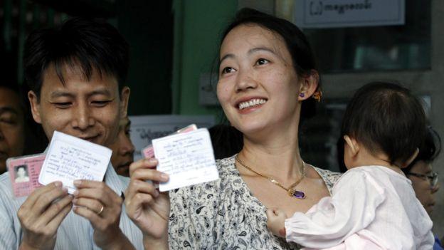 Nụ cười cả gia đình người Myanmar mùa bầu cử. Photo: EPA