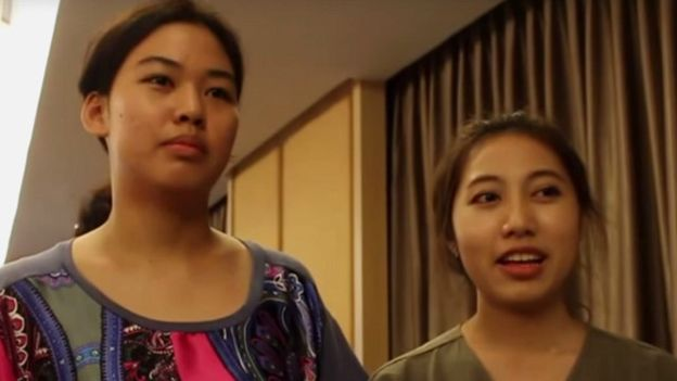 Hai sinh viên Pimwipa Chantrawat, Duangkamol Sinchaikij từ ĐH Chulalongkorn, Bangkok sang quan sát bầu cử Myanmar. Photo: Thai Students