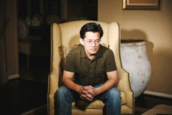 Ông Nguyễn Thanh Tú, con trai nhà báo Nguyễn Ðạm Phong, trong một lần tiếp xúc với phóng viên A.C. Thompson, ProPublica. (Hình: Edmund D. Fountain/ProPublica)
