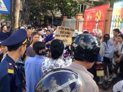 Dân oan, người dân Hà Nội bên ngoài trụ sở Công An Phường Xuân La, Quận Tây Hồ, Hà Nội khi nghe tin Luật sư Trần Vũ Hải bị bắt giữ hôm 12/11/2015. Photo: citizen photo