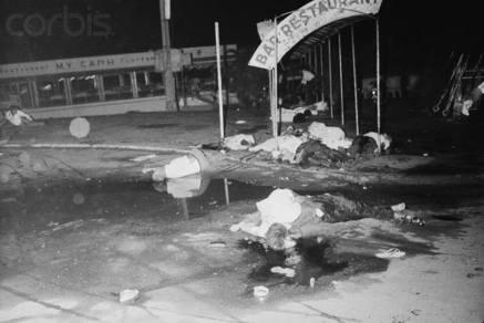 Hiện trường vụ đánh bom tàn bạo nhà hàng nổi Mỹ Cảnh. Ảnh: Bettmann, Corbis