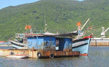 Tàu cá ĐNa 90370TS cập bờ trình báo bị hàng trăm tàu Trung Quốc bao vây, phá lưới