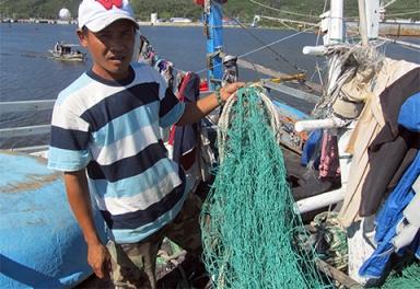 Hàng chục tấm lưới bị tàu Trung Quốc cắt đứt, ngư dân trên tàu cố cứu được những tấm lưới rách còn lại