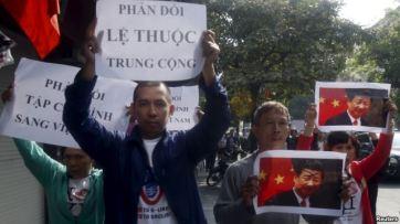 Người biểu tình cầm hình ảnh và biểu ngữ trong cuộc biểu tình chống Trung Quốc tại Hà Nội, ngày 3/11/2015. Ảnh: Reuters