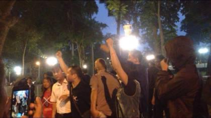 Biểu tình phản đối TCB trước cổng ĐSQ TQ tối ngày 4/11. Nguồn: FB Bạch Hồng Quyền