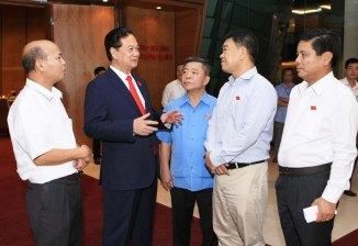 Thủ tướng Nguyễn Tấn Dũng giải đáp thêm các vấn đề đại biểu Quốc hội quan tâm trong giờ giải lao Ảnh: TTXVN