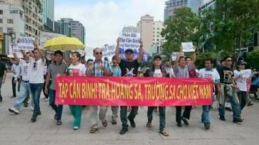15h00 hôm nay, Thứ Tư (4.11.2015), trước ngày ông Tập Cận Bình chủ tịch nhà nước Trung Quốc đến Việt Nam , dân Sài Gòn đã biểu tình phản đối tại trung tâm thành phố. Photo: Blog ptlambao