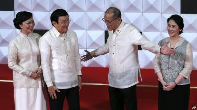 Tổng thống Philippines Benigno Aquino III và em gái Maria Elena Aquino-Cruz chào đón Chủ tịch Việt Nam Trương Tấn Sang và phu nhân Mai Thị Hạnh đến dự buổi tiệc tối tại Manila, ngày 18/11/2015.