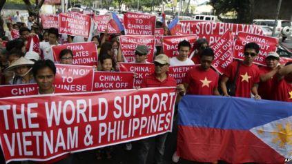 Người dân Việt Nam và Philippines thời gian qua đã thể hiện tình đoàn kết trong khi hai nước cùng bị Trung Quốc 'ức hiếp' trên biển Đông. Photo: AP
