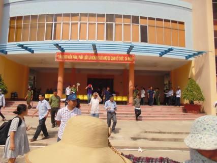 Trước cửa tòa án. Nguồn: FB Long Dinh Duc
