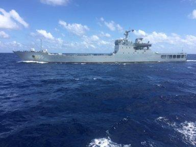 Tàu chiến 995 của Trung Quốc đang đe dọa tàu Hải Đăng 05 - Ảnh do thuyền viên tàu Hải Đăng 05 cung cấp