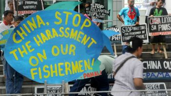 Một cuộc biểu tình của các nhà hoạt động Philippines ở trước tòa đại sứ Trung Quốc ở thủ đô Manila phản đối các hành động của TQ trên Biển Đông. Photo: AFP