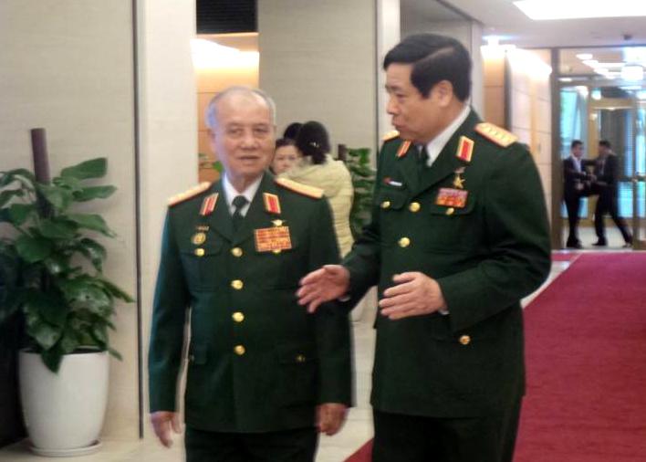 Đại tướng Phạm Văn Trà và Đại tướng Phùng Quang Thanh trao đổi thêm về diễn biến mới trên Biển Đông bên hành lang Quốc hội. Ảnh: Dân Trí