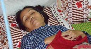 Bà Long nằm trên giường 2 ngày qua sau khi nghe tin chồng bị bắn chết. Ảnh: Minh Hoàng.
