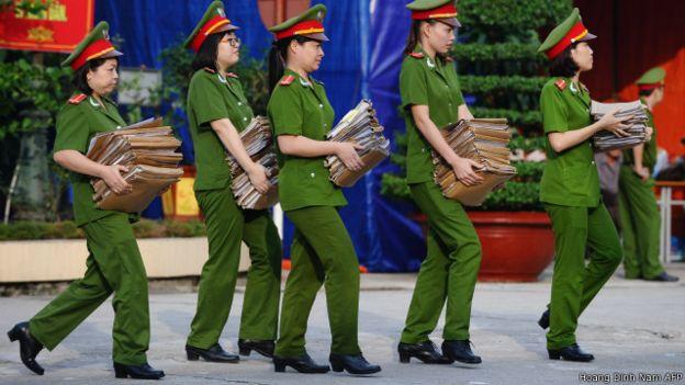 Dường như có 'bên trọng, bên khinh' trong đối xử của chính quyền giữa các ngành an ninh - công an với giới luật sư, theo tác giả. Photo: Hoang Dinh Nam AFP