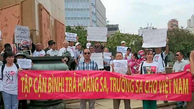 Nhiều người tập trung biểu tình ở Sài Gòn hôm 4/11/2015 để phản đối chuyến thăm Việt Nam của Chủ tịch TQ Tập Cận Bình. Photo: Tin mừng cho người nghèo