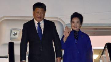Ông Tập Cận Bình và vợ Bành Lệ Viện đến London, ngày 19/10/2015. Ảnh: AP