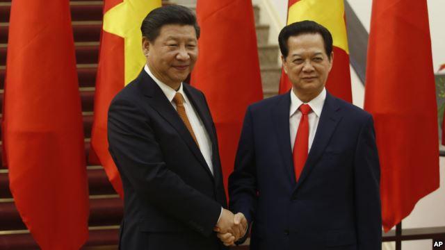 Chủ tịch Trung Quốc Tập Cận Bình được Thủ tướng Việt Nam Nguyễn Tấn Dũng đón tiếp tại Văn phòng Chính phủ ở Hà Nội, ngày 5/11/2015. Photo: AP