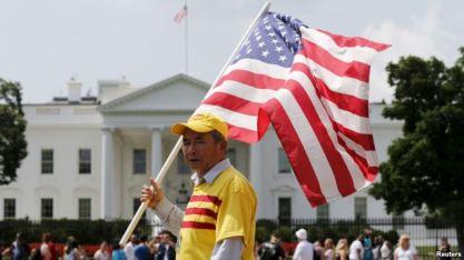 Người biểu tình hô khẩu hiệu 'Tự do cho Việt Nam' bên ngoài Nhà Trắng ở Washington trong lúc Tổng thống Obama tiếp Tổng bí thư đảng CSVN Nguyễn Phú Trọng, ngày 7/7/2015. Photo: Reuters