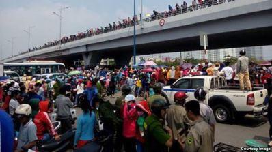 Hàng nghìn công nhân công ty Pou Yuen ở Sài Gòn đã tuần hành để phản đối chính sách bảo hiểm xã hội mới, tháng 3/2015. (Ảnh: Thanh Niên Công Giáo). Photo: internet