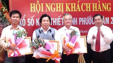 Buổi tuyên dương các đại lý, khách hàng của công ty xổ số kiến thiết tỉnh Bình Phước. (Hình: Báo Bình Phước)