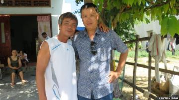 Anh Võ Khắc Bình ở xã Nhơn Lý, người từng làm công nhân xây dựng cho Cty Minh Dương (trái) và tác giả. Ảnh: Lê Anh Hùng