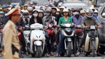 Cảnh sát giao thông tại một ngã tư ở Hà Nội, ngày 31/10/2011. Ảnh: AFP