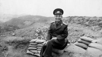 Đại tướng Võ Nguyên Giáp ngồi trên đồi A1 ở Điện Biên Phủ (ảnh chụp tháng 5, 1984). Photo: AP