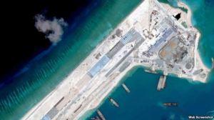 Hình ảnh vệ tinh chụp hồi tháng Sáu cho thấy Trung Quốc gần hoàn tất đường băng dài 3.000 mét trên bãi đá Chữ Thập. Ảnh VOA chụp từ màn hình.