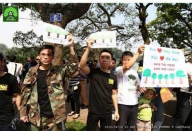 Nguyễn Viết Dũng trong buổi tuần hành bảo vệ cây xanh HN ngày 12/04/2015