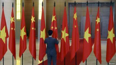 Giới chức Việt Nam chuẩn bị quốc kỳ Trung Quốc và Việt Nam trước lễ đón tiếp Chủ tịch Trung Quốc Tập Cận Bình tại Hà Nội, ngày 6/11/2015
