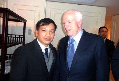 LS Nguyễn Văn Đài trong một cuộc gặp với Thượng nghị sĩ John McCain tại Tòa đại sứ Hoa Kỳ ở Hà Nội trước đây. Ảnh: RFA