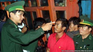 Ông Bùi Văn Cu (áo đỏ) làm việc với các nhà điều tra Quảng Ngãi sau khi trở về bờ.