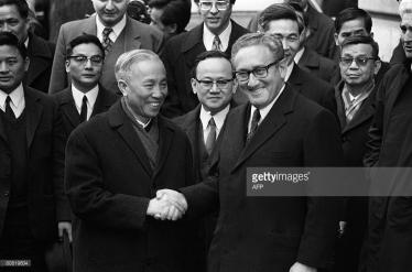 Henry Kissinger bắt tay với Lê Đức Thọ