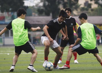 Nguyễn Văn Phương, ở giữa, đội trưởng và tiền vệ của đội bóng đá No-U FC, là những người Việt biểu tình chống Trung Quốc, kiểm soát bóng trong một trận đấu tại sân vận động ở Hà Nội. Nguồn: Reuters