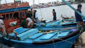 Chiếc tàu chở thi thể nạn nhân bị bắn chết ở biển Đông cập cảng Sa Kỳ ở Quảng Ngãi. (Ảnh chụp từ trang petrotimes).