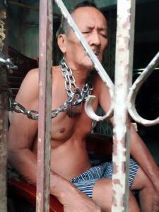 Ông Trần Công Hoàng, 78 tuổi, choàng xây xích vào cổ, đòi tự vẫn khi đoàn cưỡng chế xông vào nhà.