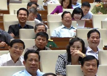 Nhiều đại biểu bật cười khi nghe Bộ Trưởng Hoàng Tuấn Anh trả lời chất vấn. Nguồn: internet