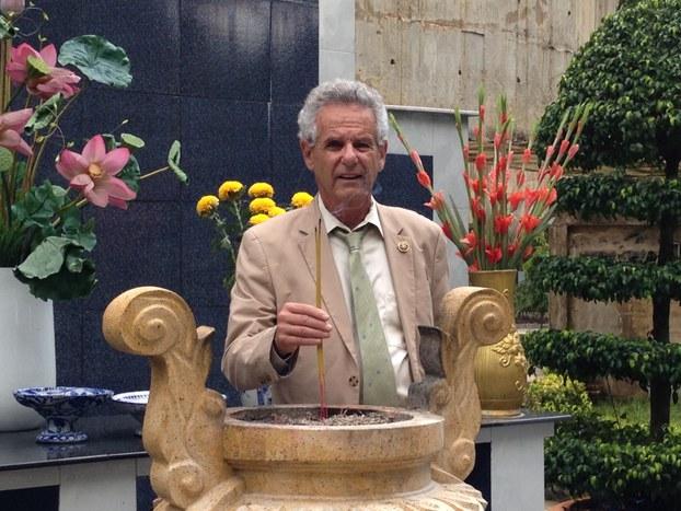 Dân biểu Alan Lowenthal đến thăm Nghĩa trang Quân Đội Biên Hòa tháng 5/2015. Ảnh do văn phòng DB Alan Lowenthal gửi RFA