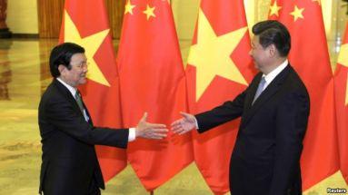 Chủ tịch Trung Quốc Tập Cận Bình bắt tay Chủ tịch nước Việt Nam Trương Tấn Sang tại Sảnh đường Nhân dân ở Bắc Kinh, ngày 3/9/2015. Photo: Reuters