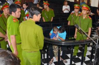 Anh Võ Văn Minh đang ôm con trai trước tòa. Nguồn: internet