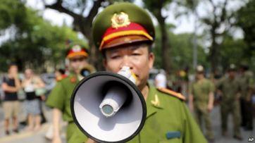 Ảnh minh hoạ: Cảnh sát Việt Nam dùng loa kêu gọi dân chúng và các nhà báo rời khỏi khu vực gần Đại sứ quán Trung Quốc tại Hà Nội, Việt Nam, ngày 18/5/2014. Ảnh: AP