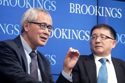 He Huaihong (bên trái), Giáo sư triết học tại Đại học Bắc Kinh và Cheng Li, Cheng Li, giám đốc Trung tâm Trung Quốc mang tên L. Thornton John ở Brookings đang thảo luận về sự suy đồi và thức tỉnh về mặt đạo ở Trung Quốc, Brookings, ngày 6 tháng 11(ảnh của Gary Feuerberg)
