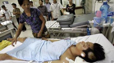 Người bị thương vì tai nạn giao thông trong bệnh viện tại Hà Nội. Việt Nam mỗi năm có khoảng trên dưới 10,000 người thiệt mạng vì tai nạn giao thông. Photo: AP