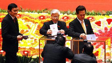 Ông Nguyễn Phú Trọng (giữa) sẽ tại vị chức Tổng Bí thư thêm nhiệm kỳ hay phải nhường ghế cho ông Nguyễn Tấn Dũng (phải) sau Đại hội Đảng 12? Photo: AFP