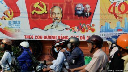 Người dân Việt Nam mong đợi năm 2016 sẽ đem lại những tin vui. Photo: Hoang Dinh Nam AFP