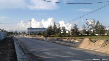 Một con đường tại Quận Ngũ Hành Sơn. Bí thư Quận ủy quận Ngũ Hành Sơn cho biết đã phát hiện 71 cá nhân là người Việt đứng tên mua 137 lô đất trên địa bàn quận này cho người Trung Quốc. Ảnh: Wikimedia
