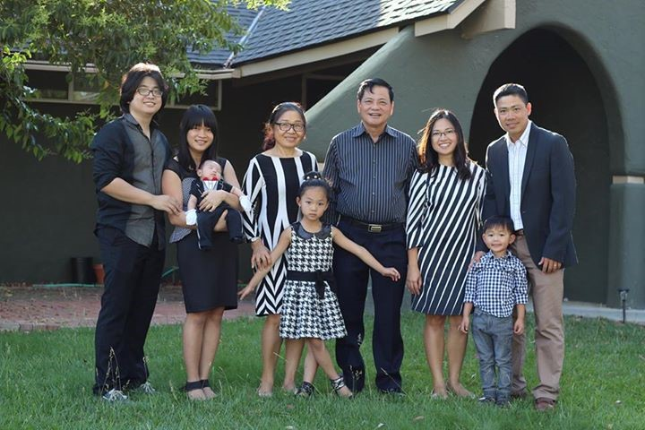 """Toàn thể gia đình Nguyễn Công Khế tại """"trụ sở - nhà riêng"""" TNCorp, California, Hoa Kỳ"""